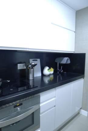 cocina barrio del pilar lacada blanca con encimera silestone negro.JPG