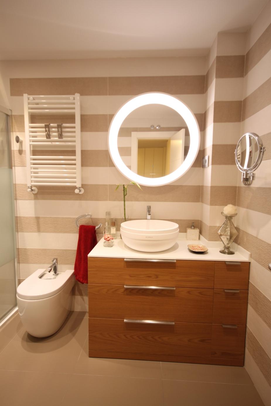 Gahecor baño reformado con azulejo de porcelanosa y mueble de baño con encimera de Krion