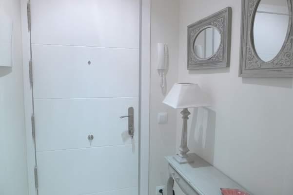 Hall de entrada en apartamento barrio del Pilar.JPG