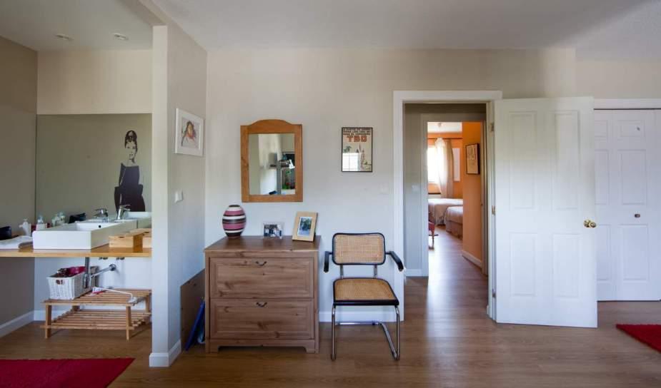 Dormitorio con baño sin tabiques diseño de Maria Andeyro reformado por Gahecor