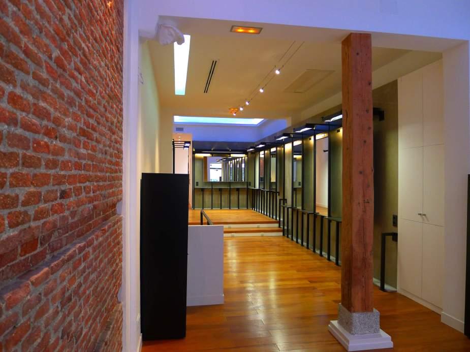 pilares de madera vistos en reforma de local.JPG
